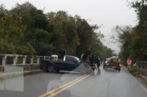 Três veículos se envolvem em acidente na ponte da ERS-020, em Taquara