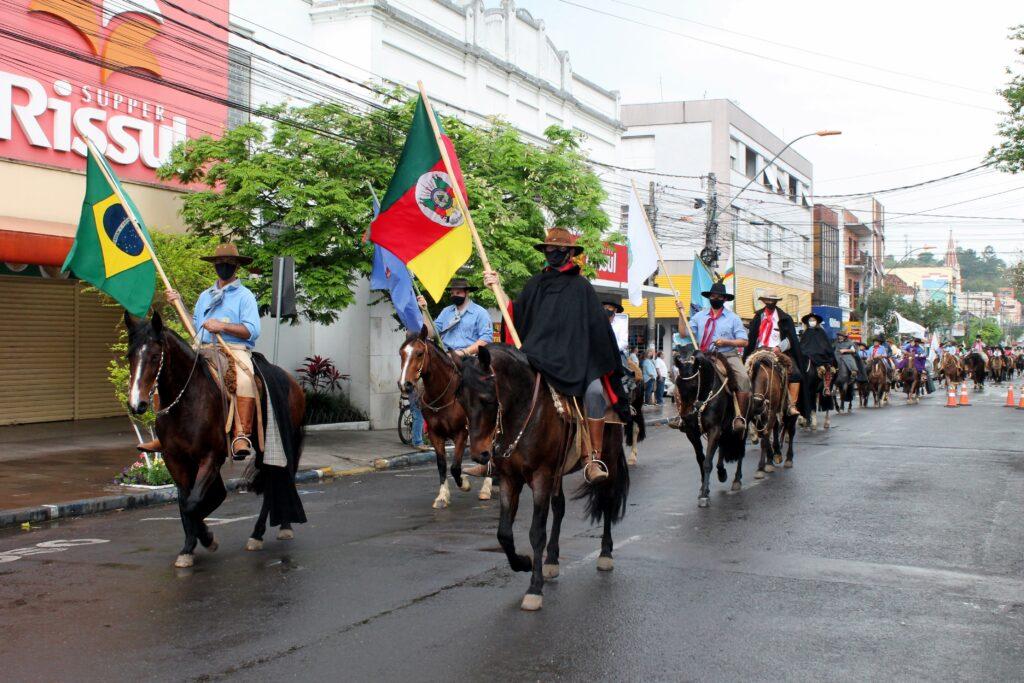 Cavalgada do CTG O Fogão Gaúcho reúne mais de 100 cavalarianos em Taquara; veja fotos