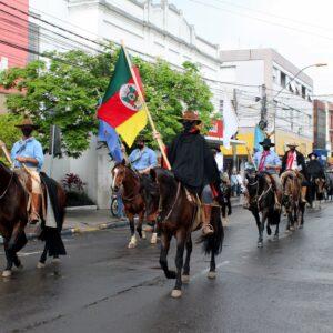 Cavalgada do CTG O Fogão Gaúcho reúne mais de 100 cavaleiros em Taquara; veja fotos