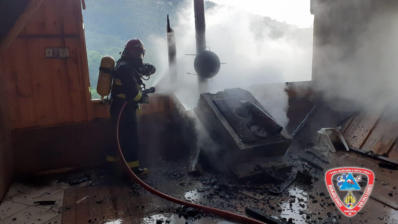 Bombeiros de Igrejinha combatem incêndio no interior do município